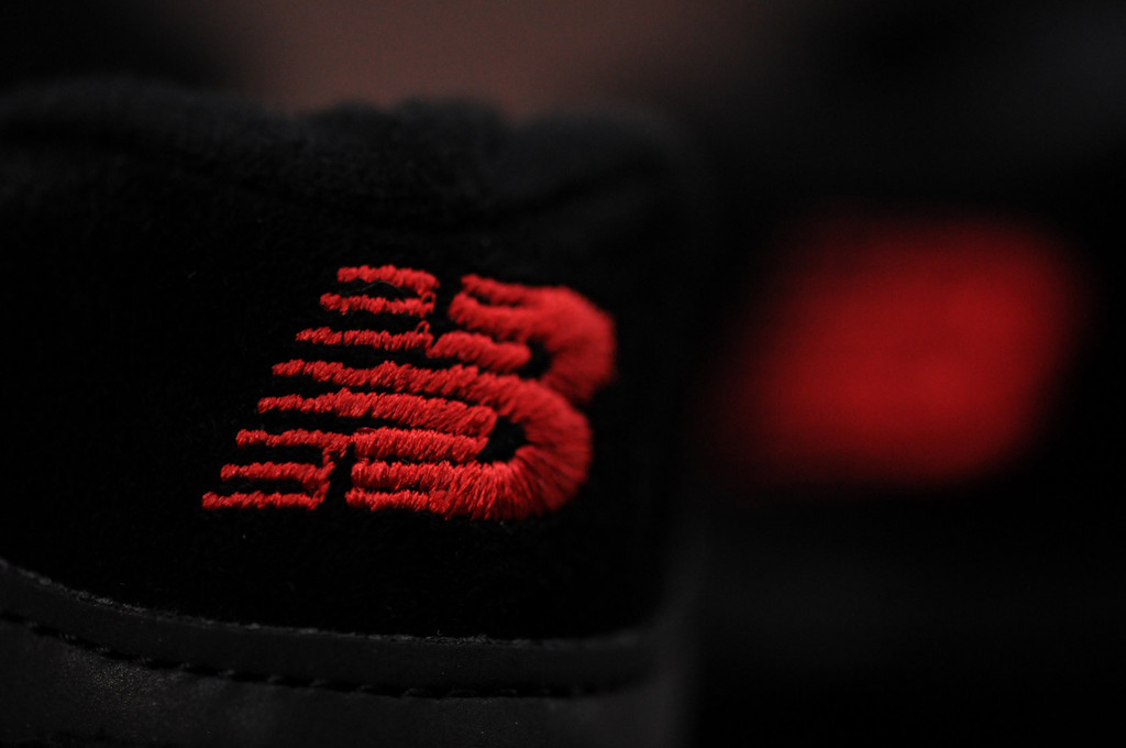 New-Balance-Kith-Negro-Rojo-tendon
